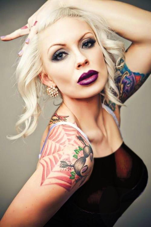 tela de raña tatuada en el hombro