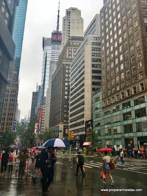 Broadway con lluvia
