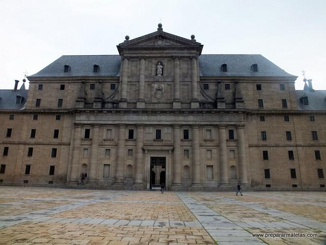 entrada al monasterio de el escorial con san lorenzo