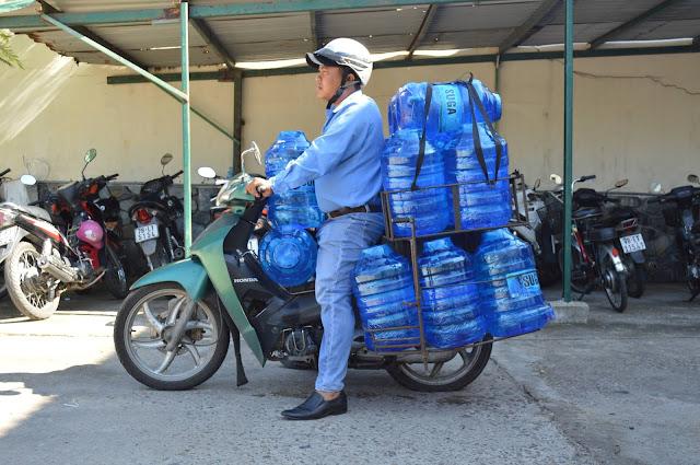 Nước uống tinh khiết đóng bình Suga  - Anh Trí đang chuẩn bị đi giao nước cho khách trong nội thành Tuy Hòa