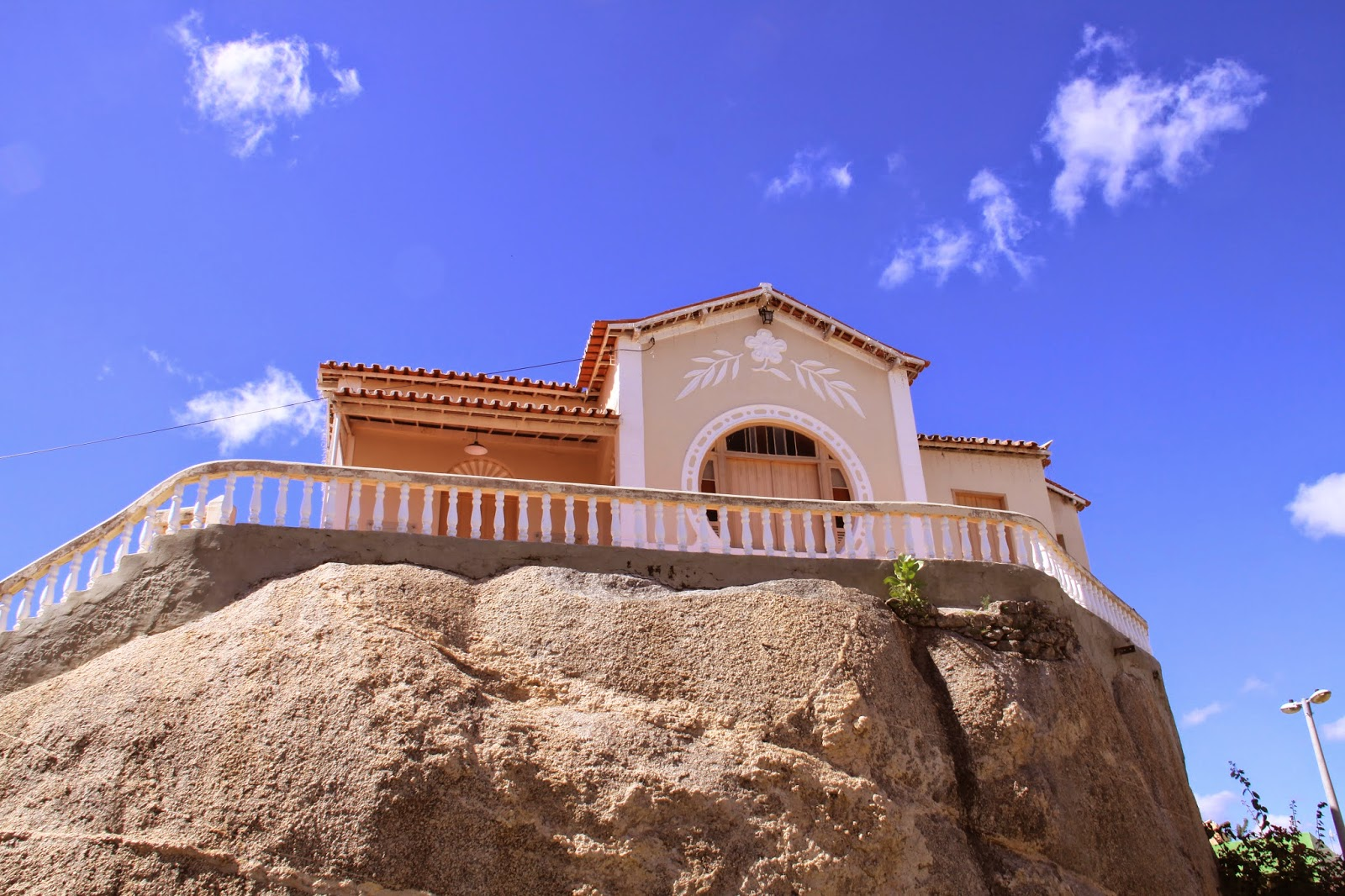 9a510acf6 Essa é a casinha que foi da Raquel de Queiroz, no filme Área Q, era o hotel  onde o norte americano buscava por respostas e ficou desaparecido por 2  anos ...