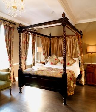 le blog de la literie et du sommeil petite histoire du lit baldaquin. Black Bedroom Furniture Sets. Home Design Ideas