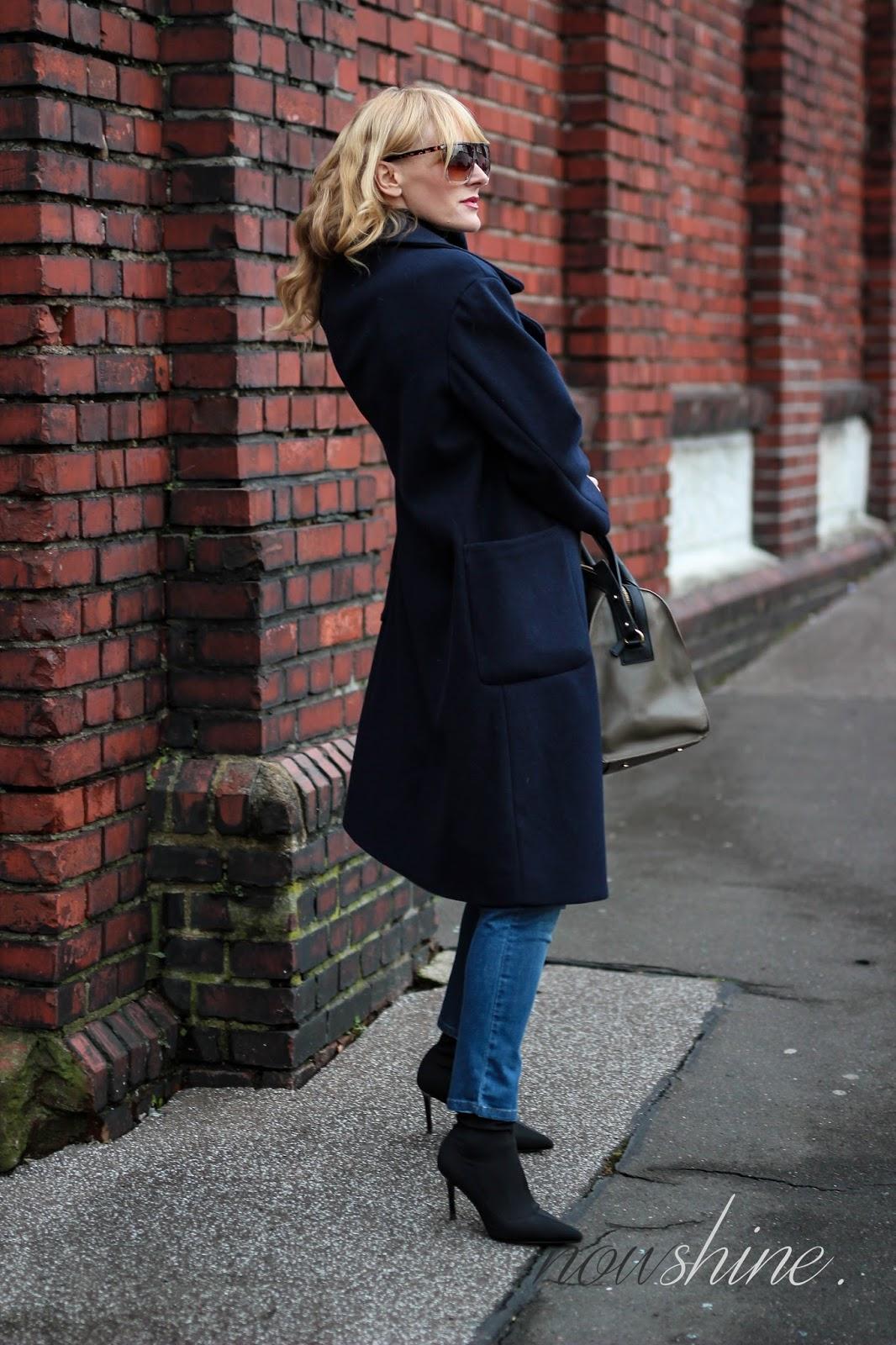 Nowshine ü40 Blog trägt einen Mantel von Mango, Jeans von WENZ und Sockboots