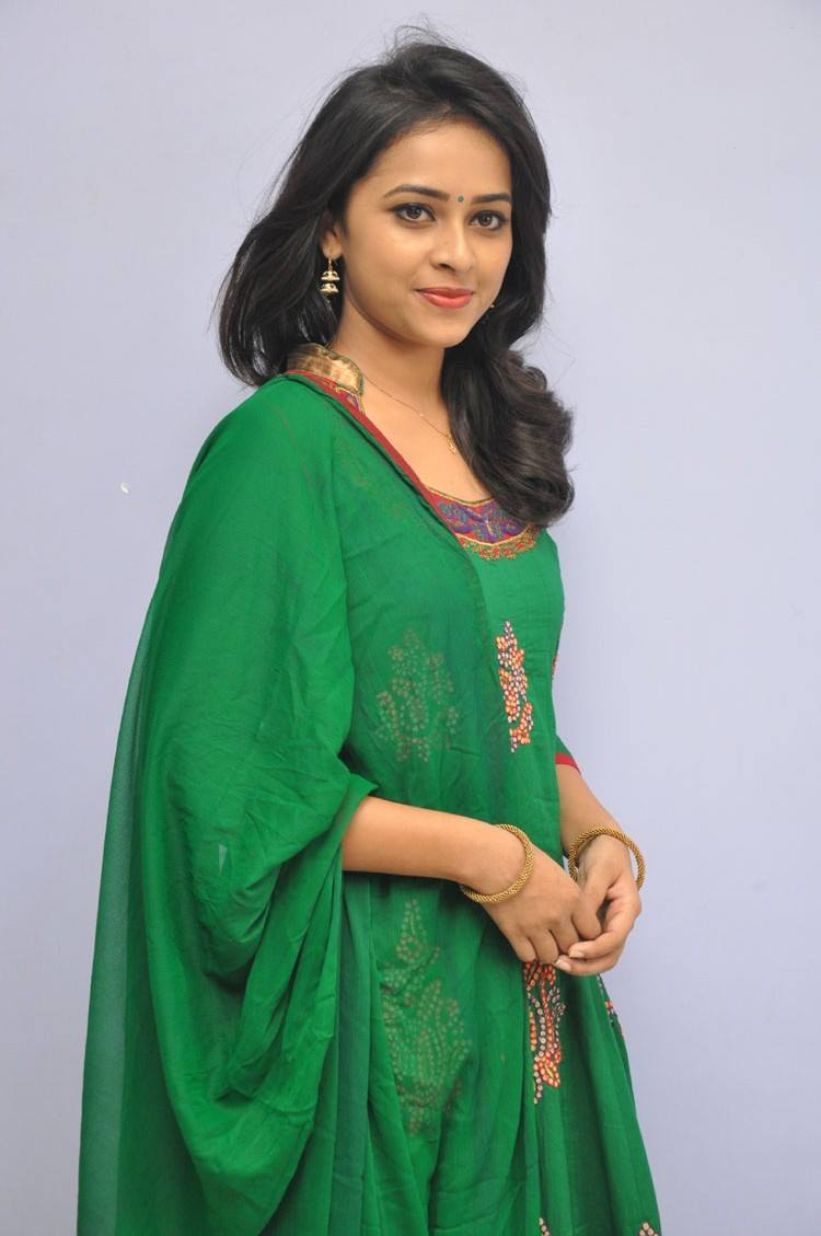 [Image: sri_divya_rayudu_movie_press_meet_stills...4%2529.jpg]