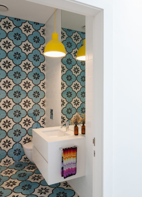 The use of the same pattern of floor and wall tiles, gives a different impression.