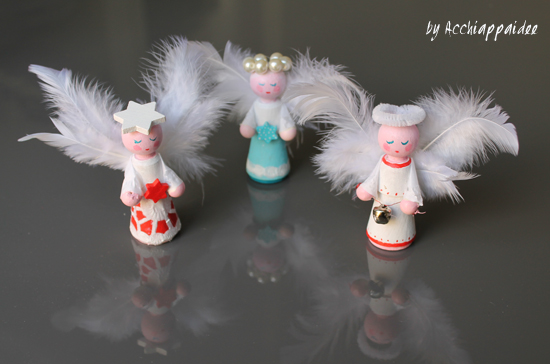 Angeli di legno e ali di piume