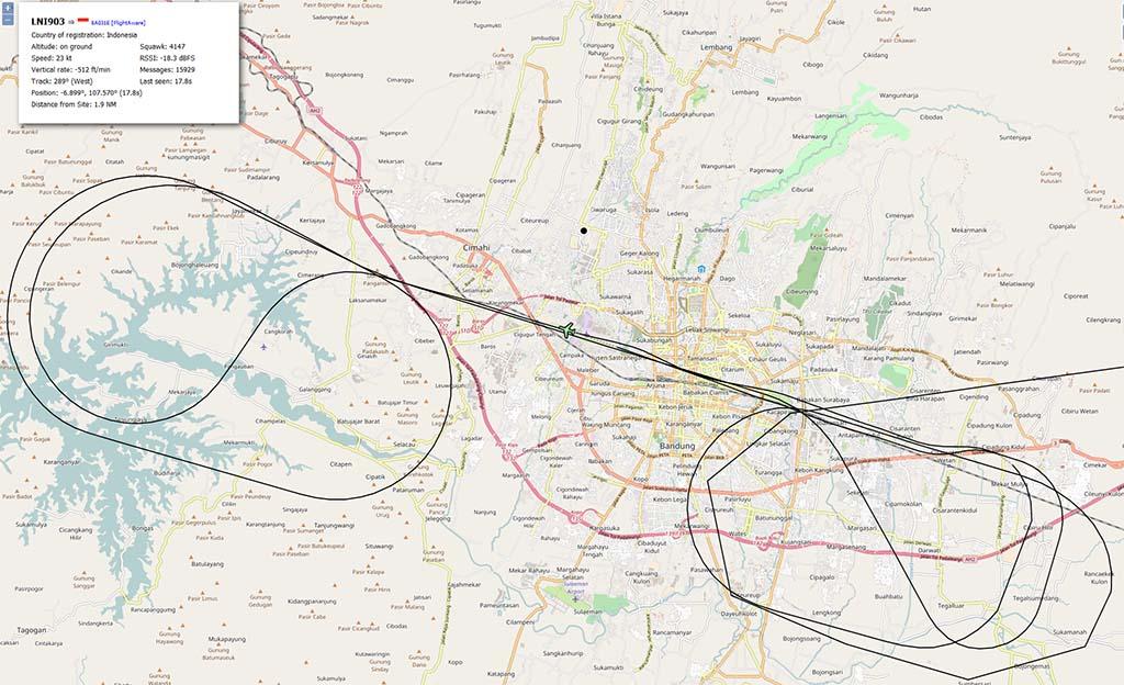 Mendarat di Bandung malam-malam dalam keadaan hujan berawan itu cukup repot, pesawat Lion Air LNI903 ini nampaknya perlu memutar beberapa kali di timur dan barat Bandung sebelum akhirnya mendarat juga. (Dipinjam dari: https://waskita-adijarto.blogspot.com/2017/01/pendaratan-lni903-di-bandung.html)