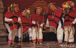 Foto de hombres con vestimenta de la danza de los viejitos