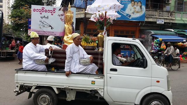 """Procesión"" motorizada en Mandalay"
