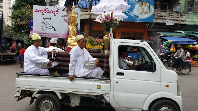 Expresión de fe en las calles de Mandalay
