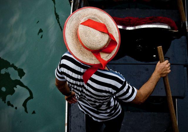 Sombrero de paja con cinta roja en Venecia