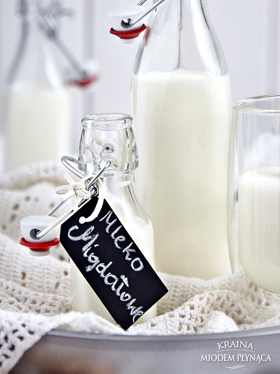 domowe mleko migdałowe, domowe mleko orzechowe, mleko z migdałów, mleko z orzechów, pieczone gruszki, pieczone owoce, twarożek migdałowy, masa migdałowa, deser z owocami, deser z bakaliami, kraina miodem płynąca