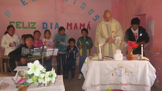 Festle in Casa Grande: Señor de Quillacas bei einigen Liedern werden die Kinder jetzt immer zum Händeklatschen eingeladen.