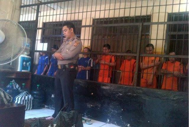SUBHANALLAH.. Polisi Imami Para Tahanan dari Balik Jeruji, Bikin Haru Banyak Orang