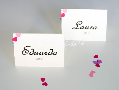 Marcasitios personalizados con corazones de cartulina de distintos colores