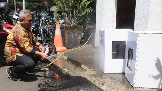 Ketua KPU Semprot Pake Selang, Ternyata Kotak Suara Kardus Tidak Kedap Air