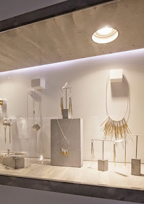 Do not use bad lighting on a jewelry display