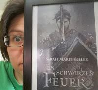 Daniela neben dem Cover des Buchs - Ein Ritter mit Schwert