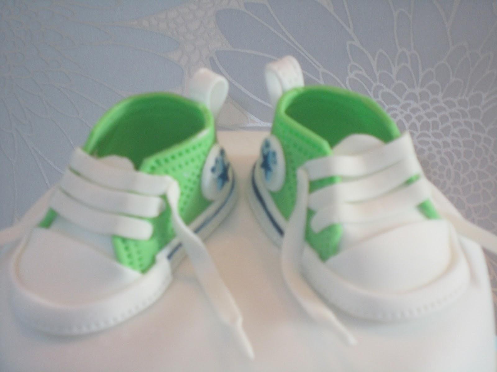 Kagemums: Dåbskage med converse sko og bamse