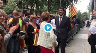 Albert Batalla, batlle de la Seu d'Urgell, balla el ball cerdà davant de la fiscalia després de negar-se a declarar.