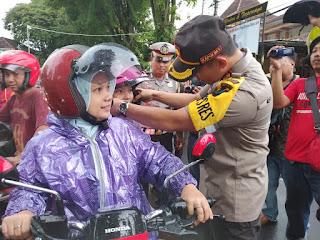 Polres Lumajang Gelar Operasi Simpati  Bagikan Tajil dan Helm