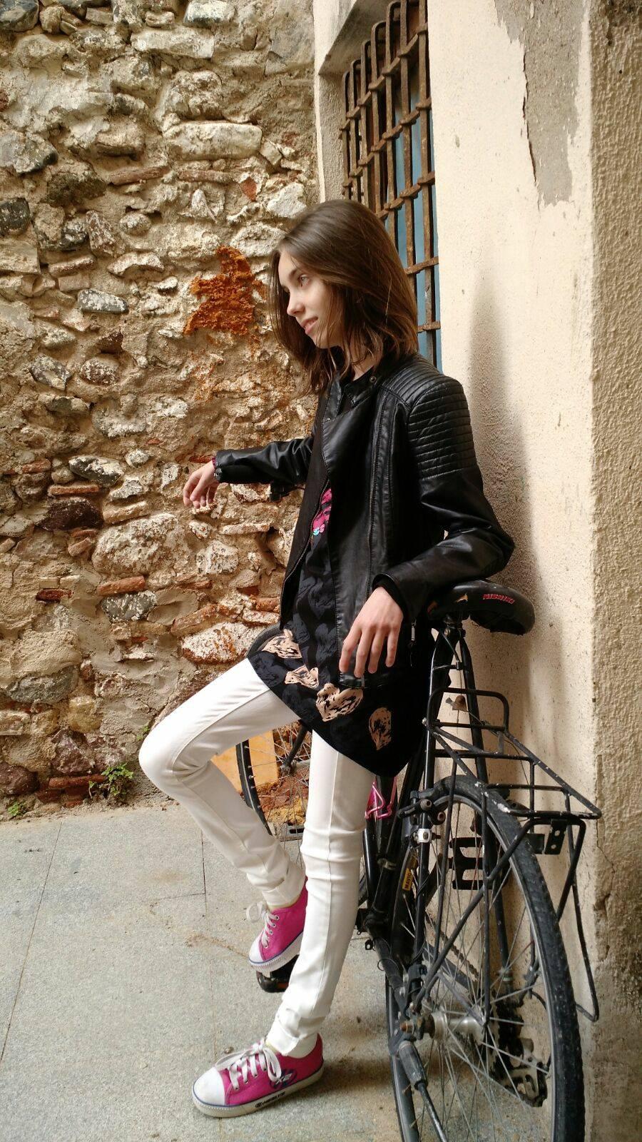urban style, camiseta desigual, pantalón, zara, chaqueta piel zara, deportivos ruedas, heelys