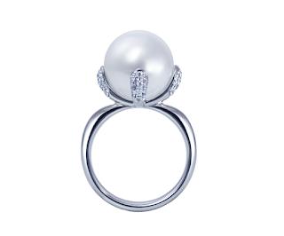 リメイク(リ・スタイル)した南洋真珠の爪にダイヤモンドをパヴェセッティングしたモダンなリング