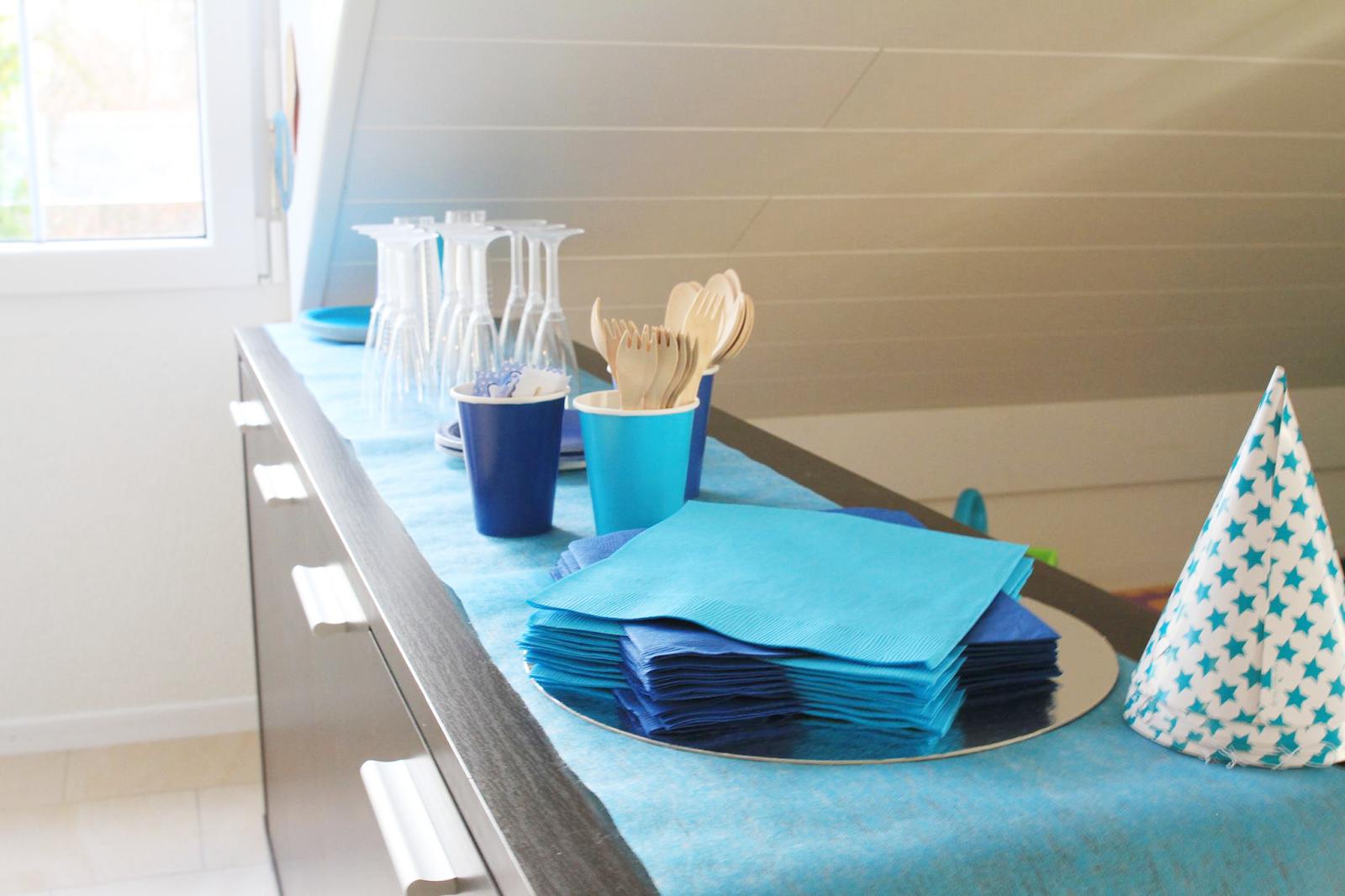 service de table aux couleur de la mer sur buffet