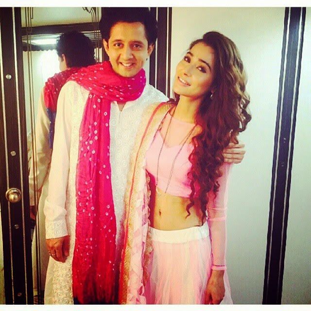 @shammashalkar with sara (fake roli ) for the holi celebration special on sasural simar ka ! @ssarakhan ♡ -(28th february) 2015. (☆▽☆)