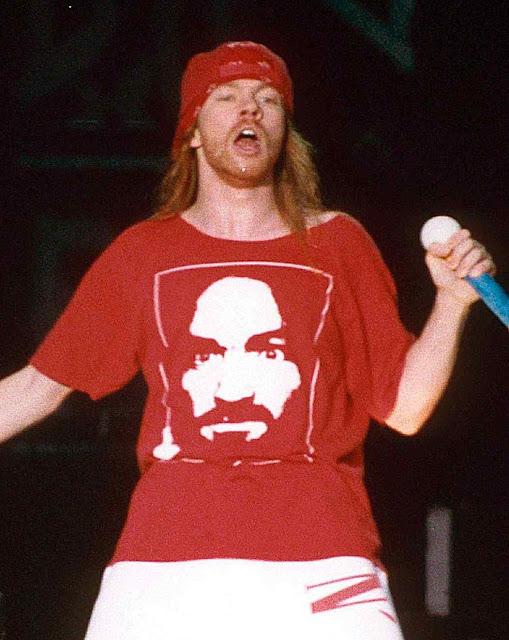 Axl Rose, cantante e líder dos Guns 'N' Roses, com camiseta de Charles Manson