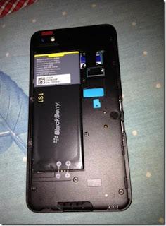 Hemos recibido la hoja completa de especificaciones de la Bateria para el BlackBerry Z10 Series. El Z10 BlackBerry L-Series contará con una batería de L-S1. Esta es la misma batería usada en el BlackBerry Dev Alpha B. La batería L-S1 es 1.800 mAh. Aquí están los detalles de la vida de la batería : GSM Tiempo de conversación: 8 horas Tiempo en espera: GSM 305 horas UMTS Tiempo de conversación: 10 horas Tiempo en espera UMTS: 285 horas Reproducción de audio: 60 horas de reproducción de vídeo: 10 horas Para poner esto en perspectiva, el BlackBerry 10 L-Series tiene casi