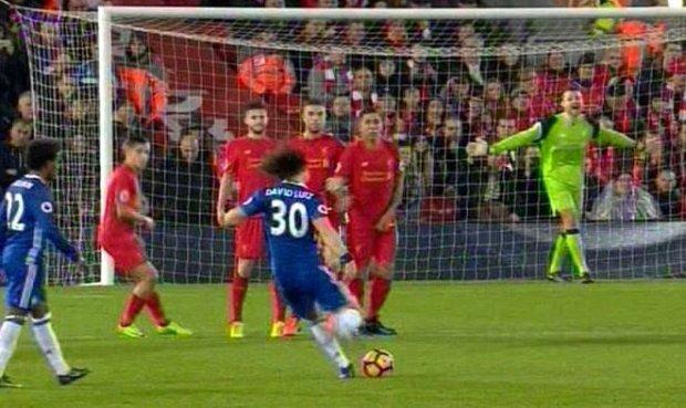 Parah, Kiper Liverpool Diduga Bantu David Luiz Cetak Gol Spektakuler