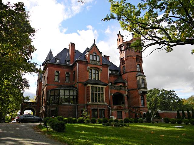 Pałac w Wąsowie oferuje wiele atrakcji.