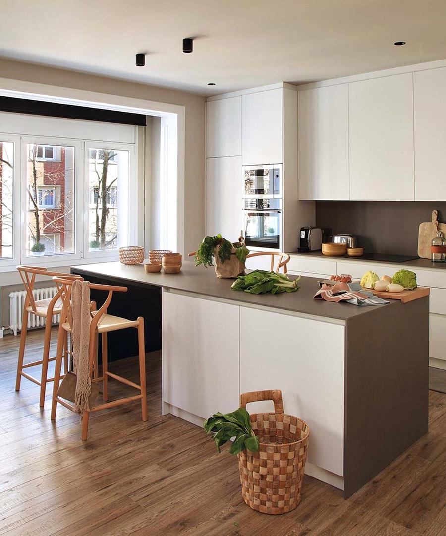 Industrialne elementy w stonowanym wnętrzu, wystrój wnętrz, wnętrza, urządzanie domu, dekoracje wnętrz, aranżacja wnętrz, inspiracje wnętrz,interior design , dom i wnętrze, aranżacja mieszkania, modne wnętrza, styl industrialny, styl loftowy, loft, stonowane kolory, naturalne dodatki, czarne dodatki, kuchnia, biała kuchnia, wyspa kuchenna, nowoczesna kuchnia, projekt kuchni