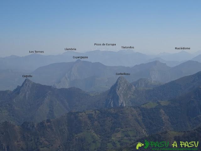 Vistas del Cogollu, Tiatordos, la Llambria y los Tornos desde Peña Mea