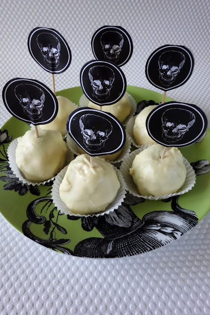 halloween cake pops, halloween treats, skull cake toppers