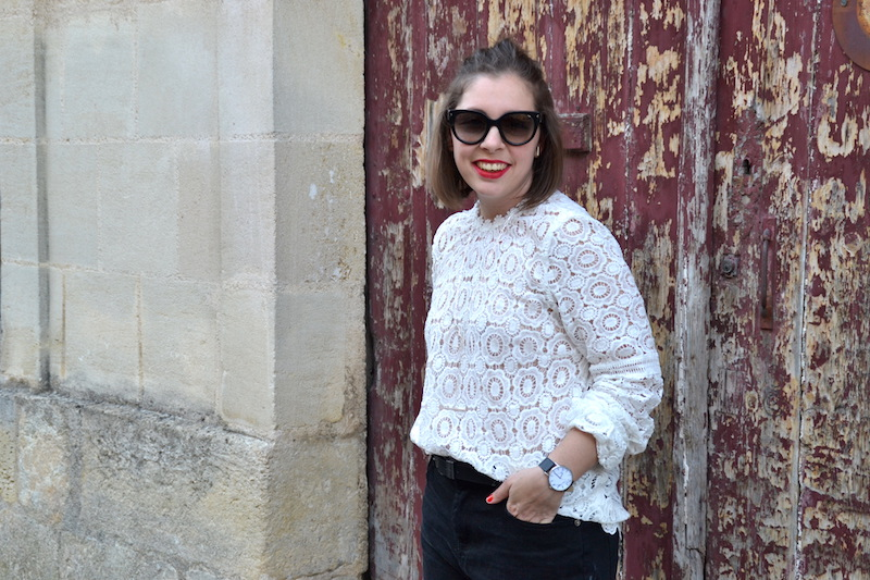 Short en jean noir Pimkie,blouse dentelle Sheinside, collier See me org, clumaster, montre marbre