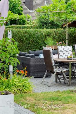 Ideen aus dem Garten: Terrasse mit Gartenlounge und Grünbedachung bei Bloggerin Naddel von verliebt in Zuhause