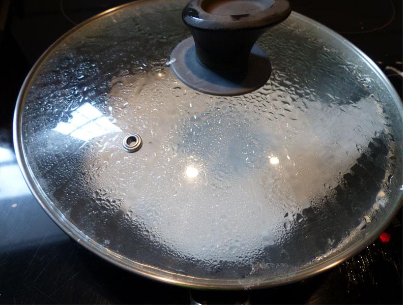 Cuisson d'une crêpe pour banh cuon.