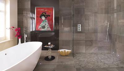Decoración del cuarto de baño con obra de arte geisha de Francisco Suñer