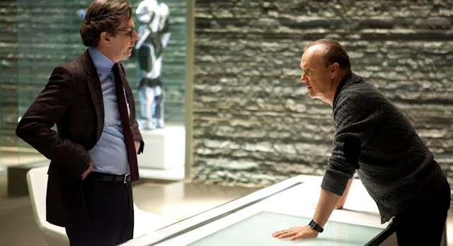 Gary Oldman şi Michael Keaton în Robocop 2014