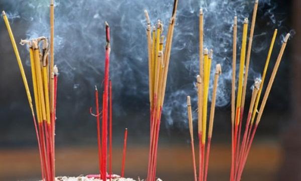 Khói nhang độc không kém gì khói thuốc lá