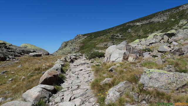 Senda pedregosa hacia los Barrerones en la Sierra de Gredos