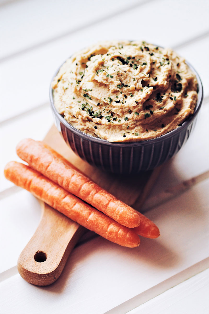 Hummus klasyczny idealny jako dip do marchewki.