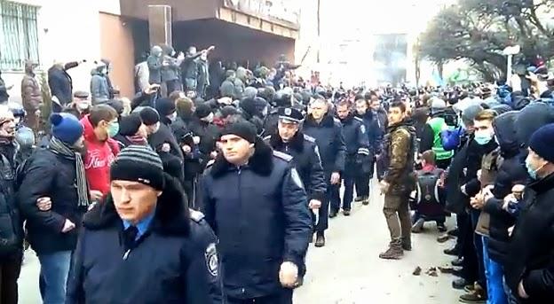 Απίστευτο βίντεο από τη δυτική Ουκρανία: Η αστυνομία παραδίδεται στους διαδηλωτές!