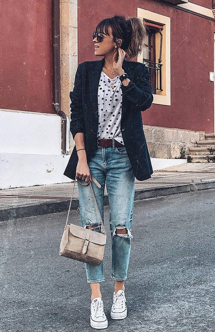 comfy spring outfit idea / blazer + printed top + boyfriend jeans + sneakers + bag