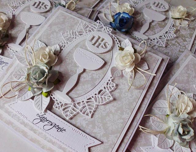 zaproszenia ozdobione kwiatami papierowymi