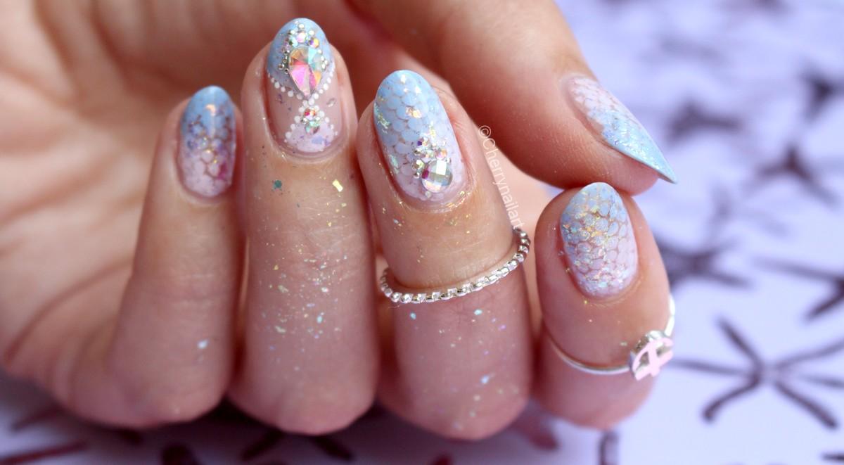 nail-art-écailles-sirène-mermaid-strass-dégradé-pastel