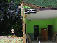 Rusak akibat Tanah Gerak, Dua Ruang Kelas SD di Ponorogo Dirobohkan