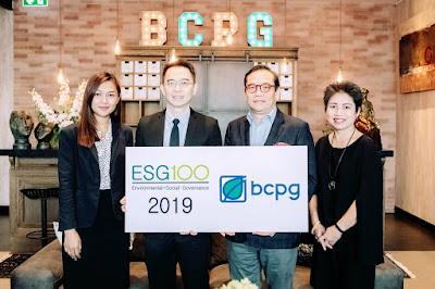 นายบัณฑิต สะเพียรชัย (ที่สองจากขวา) กรรมการผู้จัดการใหญ่ และ นางกลอยตา ณ ถลาง ผู้อำนวยการอาวุโส ฝ่ายสื่อสารองค์กร (คนแรกจากขวา) บริษัท บีซีพีจี จำกัด (มหาชน) (BCPG) รับมอบประกาศนียบัตร ESG 100 Company จากนายพิพัฒน์ ยอดพฤติการ (ที่สองจากซ้าย) ประธานสถาบันไทยพัฒน์  ณ สำนักงานใหญ่ บริษัท บีซีพีจี จำกัด (มหาชน) ถ.สุขุมวิท